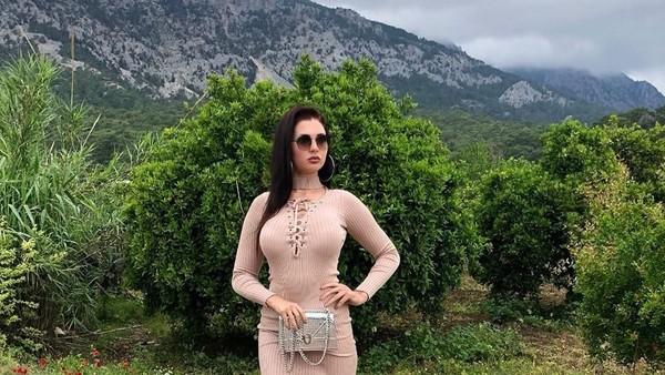 Kalau ini, saat Tatyana menikmati pemandangan alam Antalya di Turki yang hijau dan sejuk (Instagram/@tatarka5)