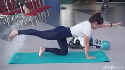 Yoga dan Pilates punya beberapa kemiripan. Ketika digabungkan, lahirlah Yogalates yang oleh penggemarnya diklaim efektif melatih keseimbangan.