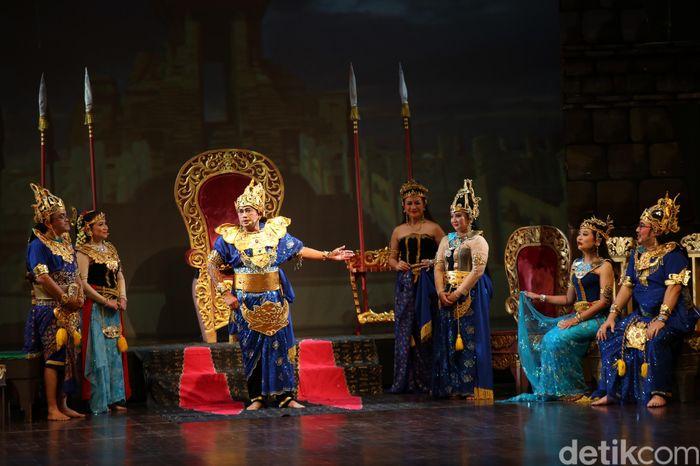 Ketua Dewan Pengawas (Dewas) BP Jamsostek Guntur Witjaksono berperan sebagai Hayam Wuruk dan Evi Afiantin berperan sebagai Ratu Tribuana Tungga Dewi saat pentas ketoprak di Gedung Kesenian Jakarta, Senin (16/12/2019).