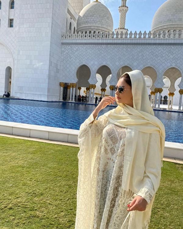 Tatyana juga pernah berkunjung ke Masjid Syeh Zayed di Abu Dhabi. Untuk menghormati kesucian masjid, Tatyana pun mengenakan baju muslim yang tertutup (Instagram/@tatarka5)