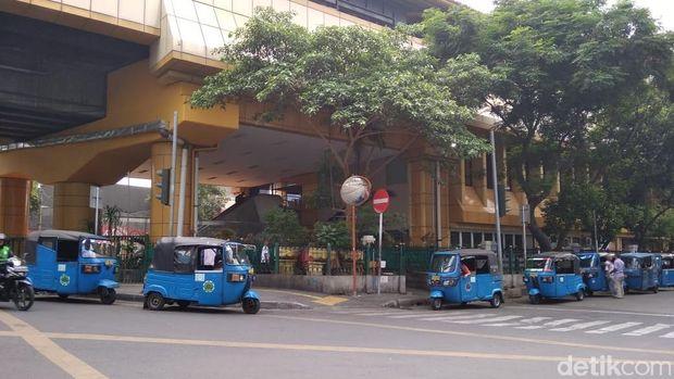 Bajaj parkir di badan jalan dekat Stasiun Gondangdia