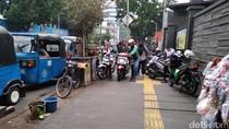 Masih Semrawut, Ojol Jajah Trotoar di Stasiun Gondangdia Pagi Ini