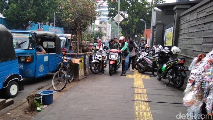 Trotoar di Stasiun Gondangdia semrawut (Foto: Kadek Melda Luxiana/detikcom)