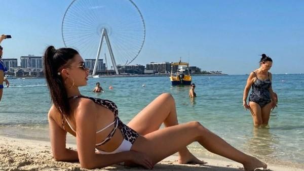 Di Dubai, Tatyana bersantai di pantai memakai bikini. Di Dubai memang diperbolehkan berbikini, selama di pantai (Instagram/@tatarka5)
