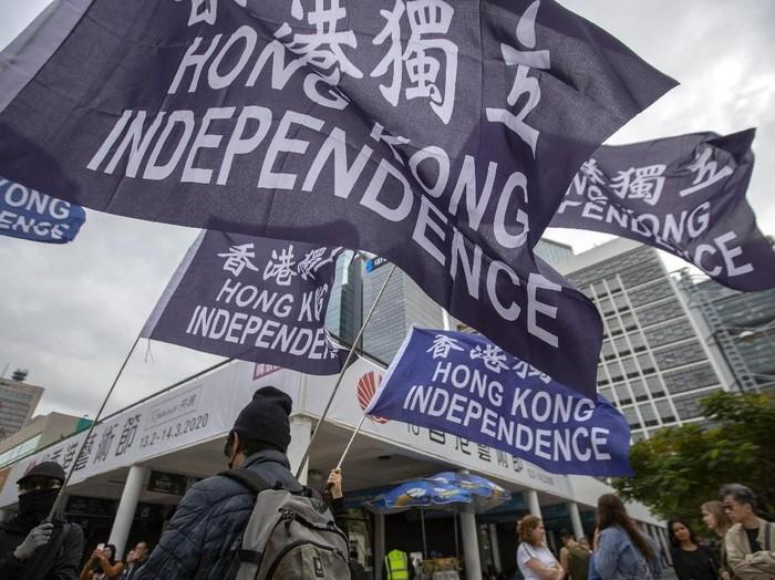 Insiden ini terjadi saat demonstran Hong Kong terus menggelar unjuk rasa antipemerintah (AP Photo/Mark Schiefelbein)