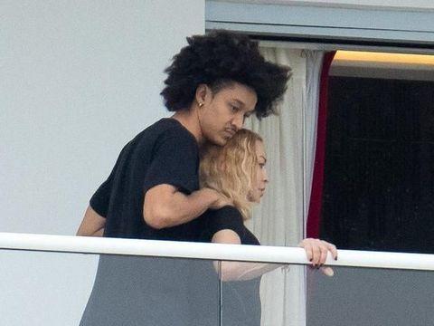 Jarak Usia Seperti Ibu dan Anak, Madonna Sangat Menjaga Kekasih Brondongnya