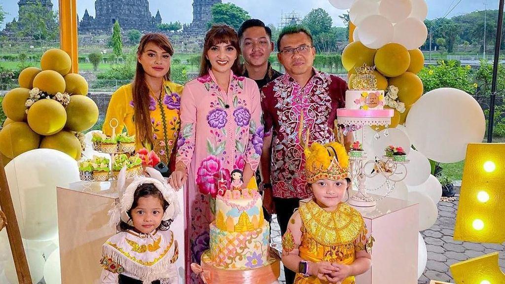 Gaya Tradisional Anang & Ashanty, Gelar Ultah Arsy ke-5 di Candi Prambanan