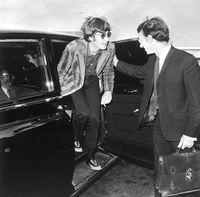 John Lennon keluar dari mobil saat tiba di bandara Liverpool pada