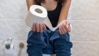 Suka ke Toilet Sambil Main HP, Perempuan Ini Dioperasi
