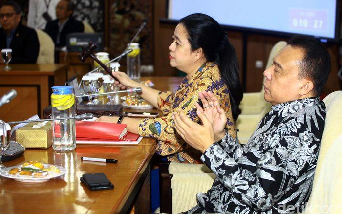 Rapat dipimpin oleh Ketua DPR Puan Maharani.