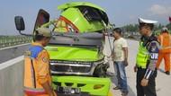 Mobil Muat 20 Penumpang Tabrak Truk di Tol Ngawi, 1 Orang Tewas