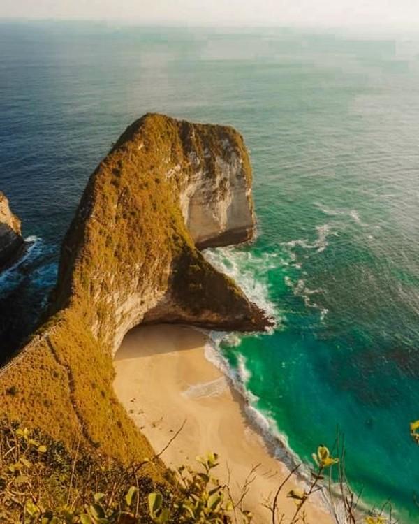 Nusa Penida merupakan salah satu pulau populer dengan banyak destinasi pantai cantik. Sebut saja Pantai Kelingking, Broken Beach, Angel's Billabong, dan Pantai Atuh Nusa Penida. Untuk ke pulau ini kamu harus menyeberang dengan kapal. (A Endin Yoga Pradana/dTraveler)