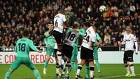 Saat Courtois Bantu Serangan Madrid dan Nyaris Cetak Gol
