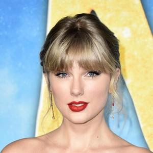 Foto: Menawan, Gaya Taylor Swift Curi Perhatian di Premier Cats