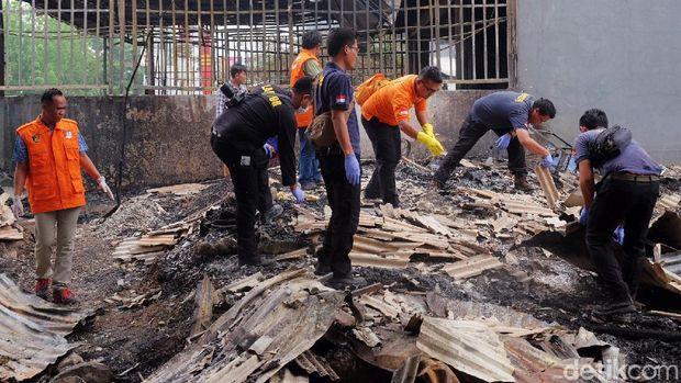Polisi olah TKP kebakaran toko mebel di Karawang.