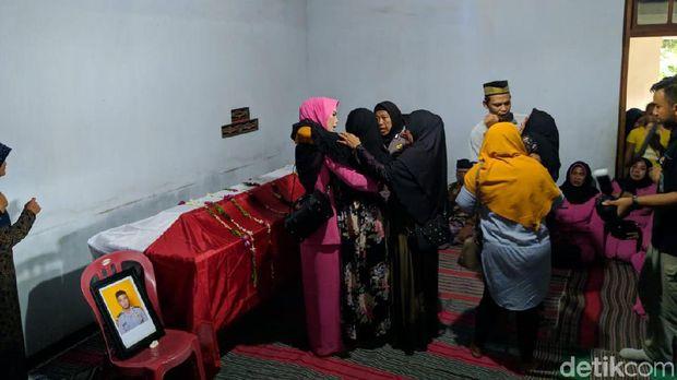 Jenazah Bripda Ferdi yang Tewas Tersambar Petir Disambut Tangis Keluarga