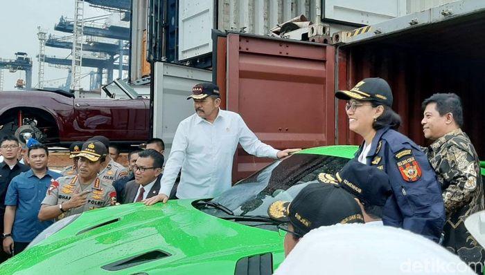 Menteri Keuangan (Menkeu) Sri Mulyani Indrawati idampingi oleh Menteri Perhubungan Budi Karya Sumadi, Kapolri Idham Azis, Jaksa Agung ST Burhanuddin, Wakil Ketua Komisi XI DPR RI, Fathan, dan anggota Komisi XI DPR RI, Soepriyatno menunjukan sejumlah mobil mewah hasil selundupan yang berhasil digagalkan oleh Ditjen Bea dan Cukai di Terminal Petikemas Koja, Jakarta Utara, Selasa (17/12/2019).