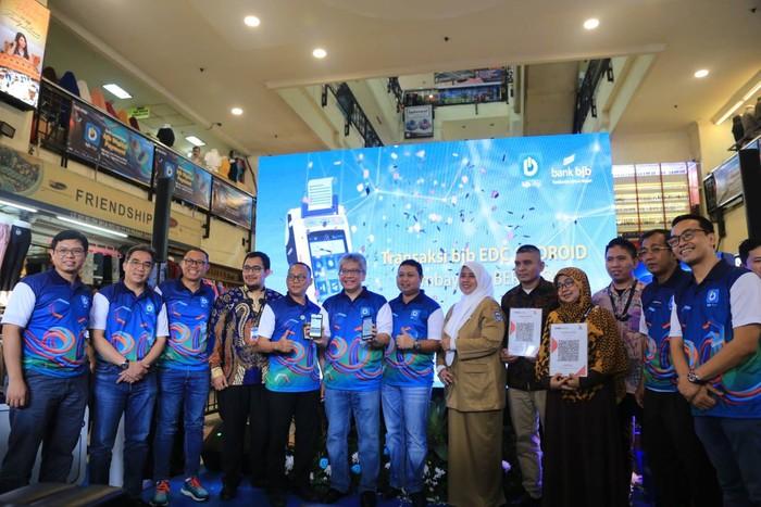 Punya QRIS, BJB Terapkan Pembayaran Digital di Pasar Baru ...