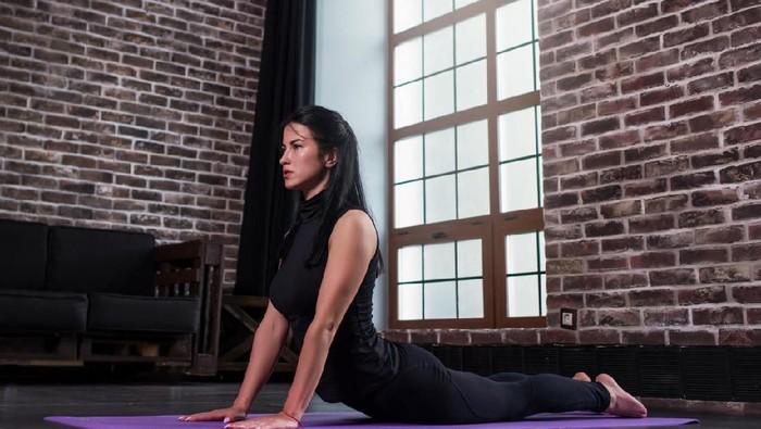 Pose kobra atau cobra pose dalam yoga bisa mengatasi masalah nyero punggung (Foto: iStock)