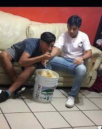 Bukan Semangkuk, Dua Pria Ini Makan Mie Instan Satu Ember Penuh