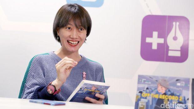 Penulis buku 'Off the Record', Ria SW