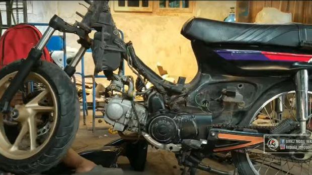 Modifikasi ini mengubah bagian bodi dan headlamp Honda Grand dengan Yamaha Nmax