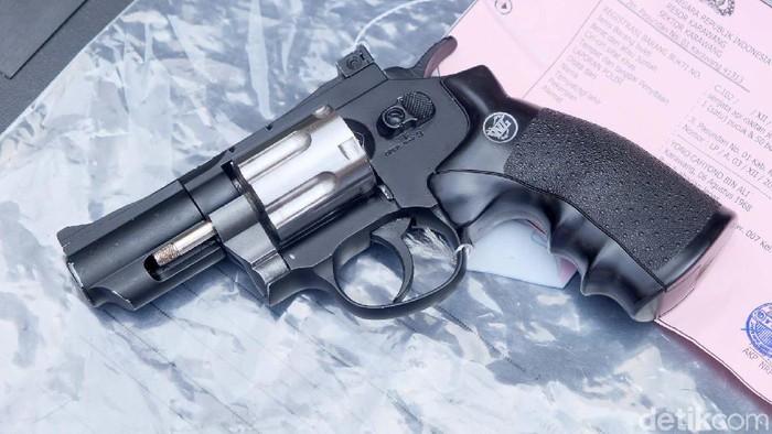 Pria lulusan SMP asal Karawang ditangkap polisi karena membuat senjata api untuk diperjualbelikan. Dalam setahun, ia menjual belasan senjata api.