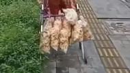 Kesulitan Jalan, Nenek 110 Tahun Ini Jualan Kerupuk Pakai Tongkat