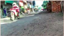 Serasa Isle of Man TT, Pemotor Ini Balapan di Jalanan Kampung