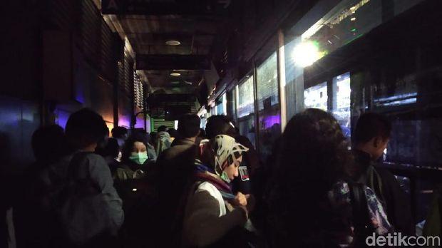 Lampu di Halte TransJakarta LIPI sempat padam.