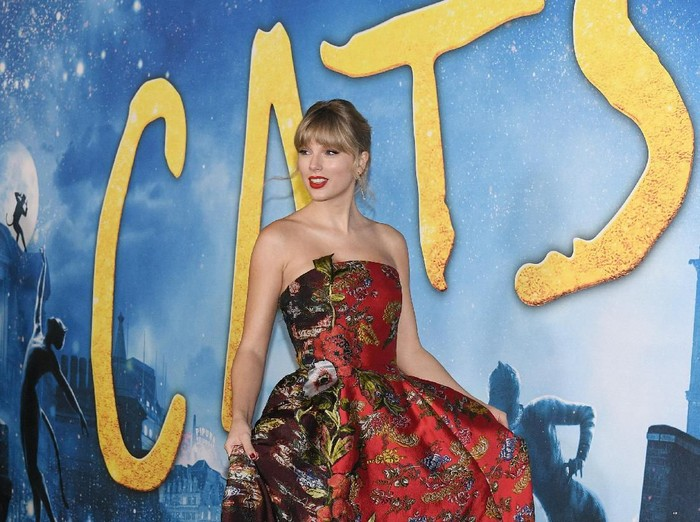 NEW YORK, NEW YORK - DECEMBER 16: Taylor Swift attends the world premiere of Cats at Alice Tully Hall, Lincoln Center on December 16, 2019 in New York City. (Photo by Steven Ferdman/Getty Images)