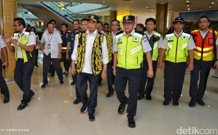 Menteri Perhubungan Budi Karya Sumadi meninjau Bandar Udara (Bandara) Aji Pangeran Tumenggung (APT) Pranoto, Kaltim, yang baru saja selesai direnovasi.