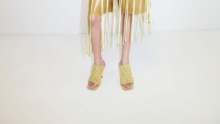 Sandal Bottega Veneta yang Mirip Mie Instan / Foto: Bottega Veneta