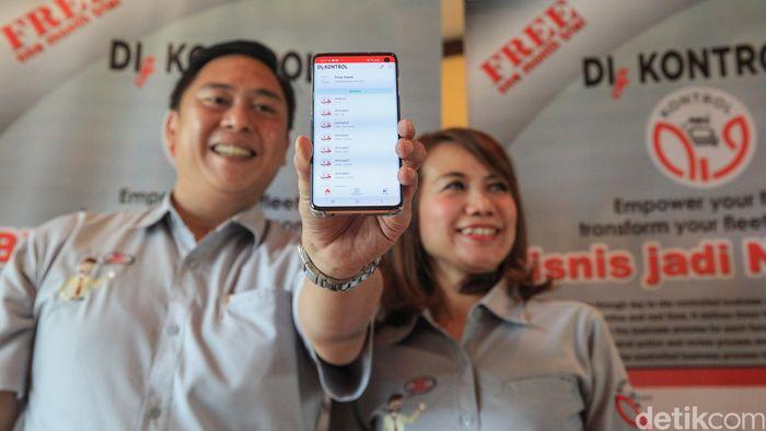 Direktur Fitlogindo Mega Tama, Marlina dan Komisarit FIT, Bobby Adhidarma menunjukan aplikasi Digkontrol pada saat peluncurannya di Jakarta, Rabu (18/12/2019).