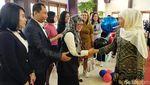 Momen Risma Potong Tumpeng HUT Transmedia di Biro Jatim
