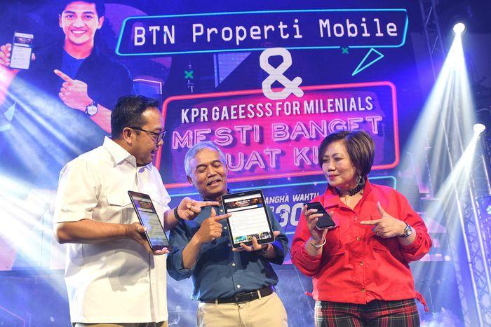 Direktur Distribution, Lending and Funding Bank BTN Jasmin (tengah) bersama Direktur IT Andi Nirwoto (kiri) didampingi Head of Non-Subsidized Lending Division Bank BTN Suryanti Agustinar kompak tersenyum usai meluncurkan Aplikasi BTN Properti Mobile versi Android di Jakarta, Rabu (18/12) Malam. Foto: dok. Bank BTN