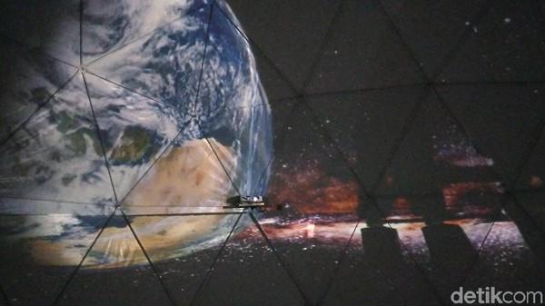 Di dalam kubah berdiameter 10 meter dengan tinggi 5 meter itu, traveler bisa leluasa berfoto sampai puas dengan latar belakang video grafis yang keren (Sudirman Wamad/detikcom)