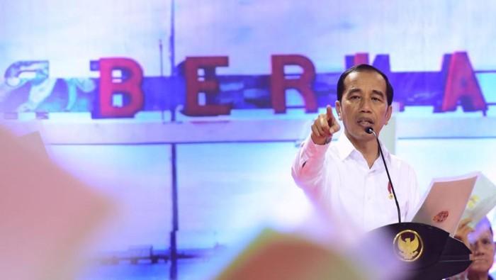 Presiden Jokowi menyerahkan sertifikat hak atas tanah untuk rakyat di Kalimantan Utara (Muchlis Jr/Biro Pers Sekretariat Presiden)