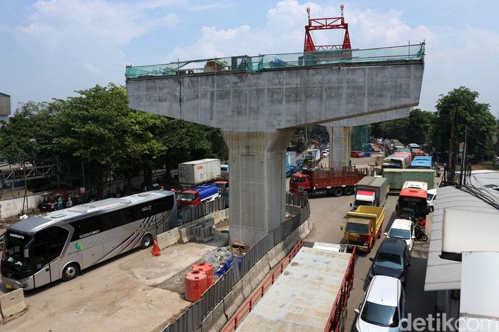 Sejumlah kendaraan melintasi area proyek pembangunan Tol Pulo Gebang-Kelapa Gading di Jalan Raya Bekasi, Jakarta Timur, Rabu (18/12/2019).