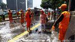 Pasukan Oranye dan Damkar Bahu-membahu Bersihkan Trotoar