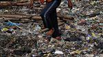 Ramai-ramai Bersihkan Tumpukan Sampah di Pantai Cilincing