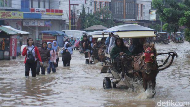 Akses Jalan Dayeuhkolot-Banjaran Lumpuh Akibat Banjir