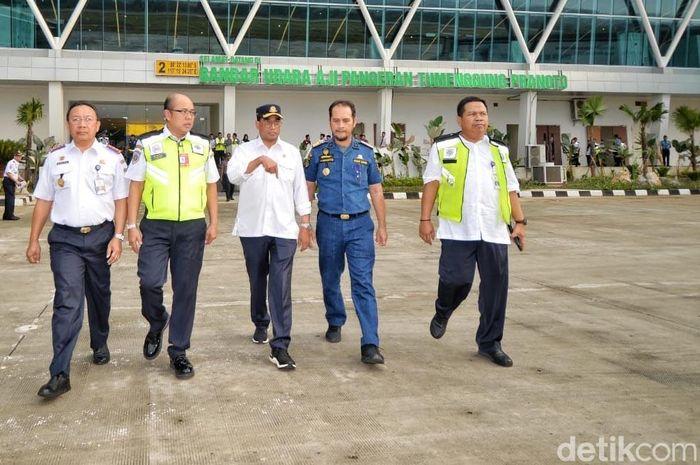 Ia didampingi oleh Direktur Bandar Udara Ditjen Perhubungan Udara Mohamad Pramintohadi Sukarno.