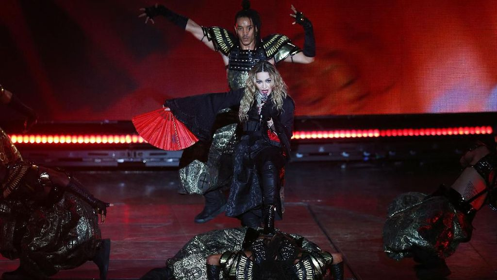 Doyan Berondong, Madonna Disebut Pacari Penari yang 36 Tahun Lebih Muda