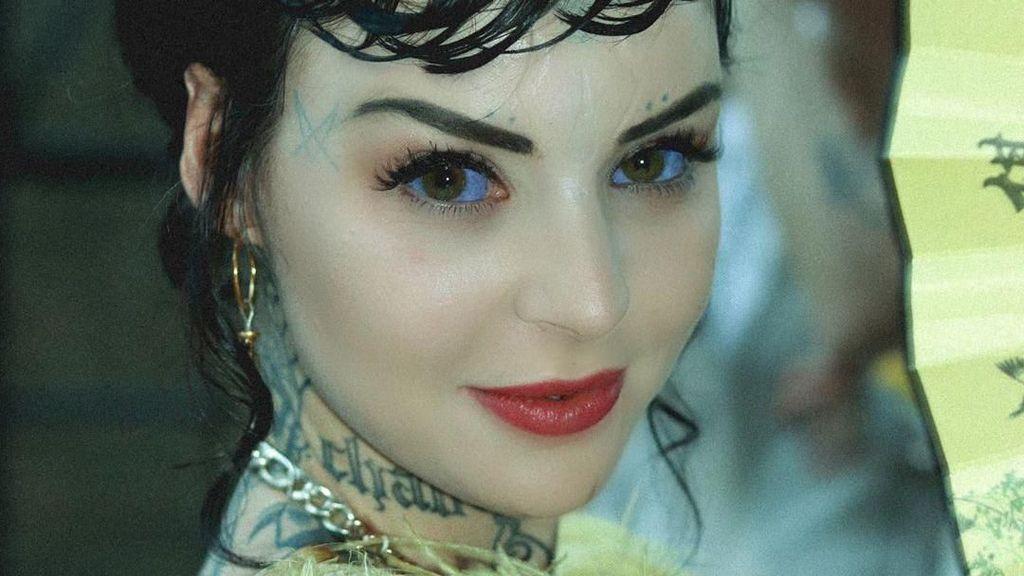 Dijuluki Alien Princess, Wanita Ini Berbola Mata Ungu dan Berkuping Lancip