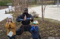 Setelah puas berkeliling dan berfoto ria, saatnya melihat para Ninja beraksi di Ninja Show. Di rumah ini kamu juga dilarang merekam aksi, memotret dan bersuara. Setelah menonton pertunjukan, kamu bisa nih berfoto dengan para ninja yang kamu tonton aksinya tadi. Seru! (Syanti/detikcom)