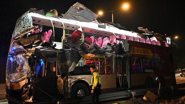 Beberapa kursi bus yang ada di tingkat atas terlepas dan menggantung