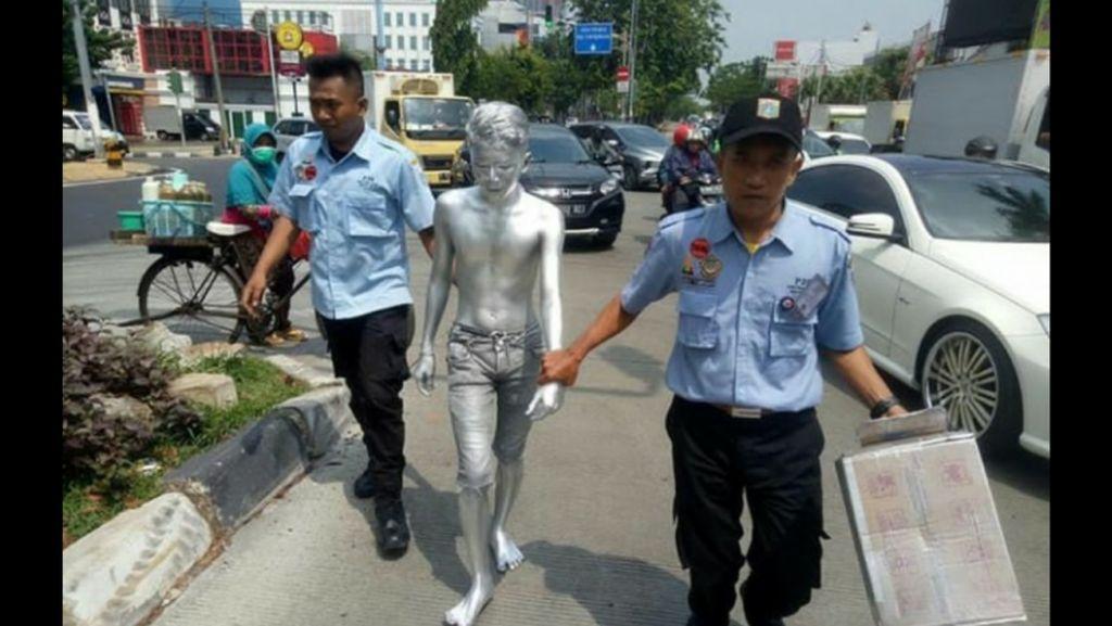 Dinsos Jakbar Bina Manusia Silver yang Mengemis di Kebon Jeruk