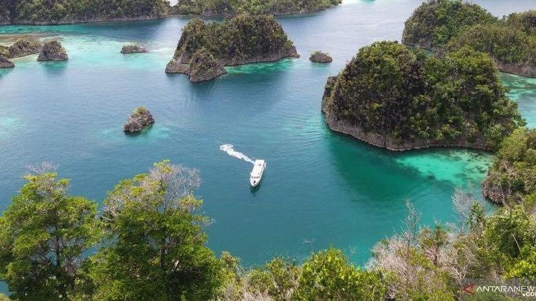 Kapal pesiar kandas di terumbu karang Raja Ampat, Papua Barat.