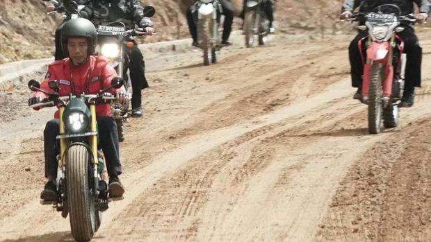 Saat mengecek jalan di perbatasan RI-Malaysia, lampu motor Jokowi menyala